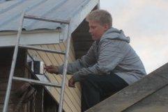 Vilhelm uppe i skopan och målar